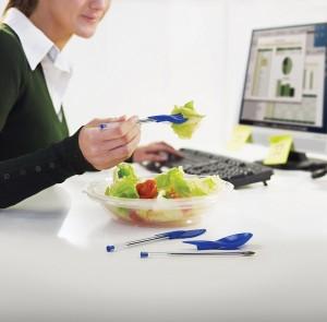 almoco-na-mesa-de-trabalho
